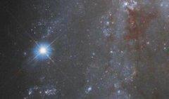 NASA发布深空超新星影像,位于船尾座的NGC 2525棒旋星系